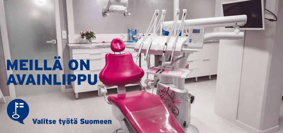 Meillä on Avainlippu -teksti ja Avainlipun tunnus SmileSpan hoitohuonetta esittelevän kuvan kanssa.