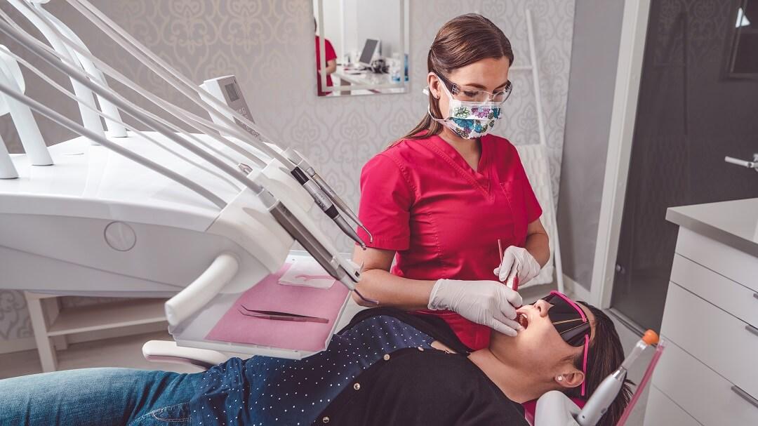 SmileSpan suuhygienisti tekemässä hammaskiven poistoa ja hampaiden puhdistusta
